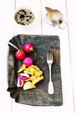 Prima colazione tradizionale dell'agricoltore con le uova fritte, il caffè e il vegetab Immagini Stock