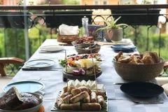 Prima colazione tradizionale turca con il fondo del giardino Immagine Stock Libera da Diritti