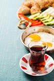Prima colazione turca tradizionale con le uova fritte ed il tè Immagine Stock Libera da Diritti