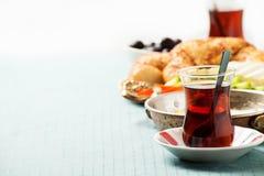 Prima colazione turca tradizionale con le uova fritte ed il tè Fotografia Stock Libera da Diritti
