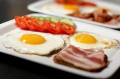 Prima colazione - uova, pancetta affumicata, verdure Fotografia Stock Libera da Diritti