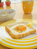 Prima colazione. Uovo fritto sul pane tostato. Fotografia Stock