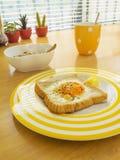 Prima colazione. Uovo fritto sul pane tostato. Fotografie Stock Libere da Diritti