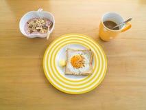 Prima colazione. Uovo fritto sul pane tostato. Immagini Stock Libere da Diritti