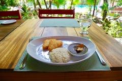 Prima colazione vegetariana sul patio all'aperto Immagini Stock Libere da Diritti