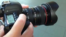 Prima del fotografo prende le immagini con la macchina fotografica di DSLR stock footage