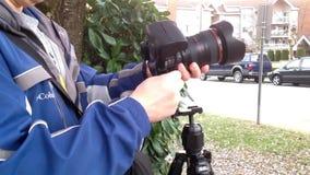 Prima del fotografo prende le immagini con la macchina fotografica di DSLR archivi video