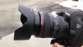 Prima del fotografo prende le immagini con la macchina fotografica digitale archivi video