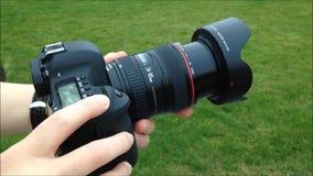Prima del fotografo prende le immagini con la macchina fotografica digitale video d archivio