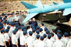 Prima del lanciamissili, un eroe anziano dell'aeronautica in tradizionale ha detto il combattente dell'aeronautica immagini stock