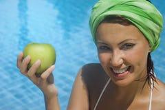 Prima del nuoto della mela Fotografie Stock