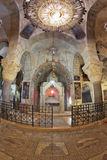 Prima delle candele brucianti di un altare Fotografia Stock