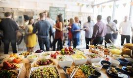 Prima folkmassa för frunch som äter middag matalternativ som äter begrepp royaltyfri bild