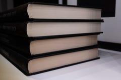 Prima linea di un gruppo di libri impilati Fotografie Stock