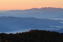 Prima luce alle montagne fumose fotografia stock libera da diritti