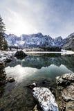 Prima neve nel lago della montagna Immagine Stock Libera da Diritti