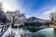 Prima neve nel lago della montagna Fotografia Stock