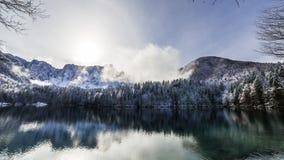 Prima neve nel lago della montagna Fotografia Stock Libera da Diritti