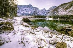 Prima neve nel lago della montagna Immagini Stock Libere da Diritti