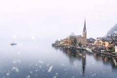 Prima neve sopra il lago ed il villaggio Immagini Stock Libere da Diritti