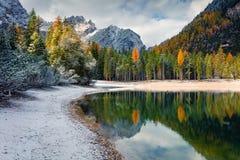 Prima neve sul lago Braies Immagini Stock Libere da Diritti