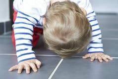 Prima passeggiata dei bambini sul pavimento Fotografia Stock