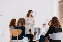 Prima riunione della riunione del gruppo di appoggio delle edizioni delle donne, concetto di terapia del gruppo immagini stock libere da diritti