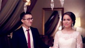 Prima riunione delle persone appena sposate a casa video d archivio