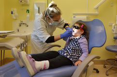 Prima visita bambina al dentista Immagine Stock