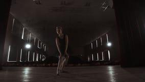 Primaballerina die op pointes op stadium met schijnwerpers in recente avond vóór belangrijke prestaties in Opera opleiden en stock footage