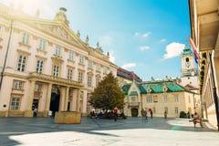 Primacialne namestie大主教正方形和布拉索夫市博物馆 图库摄影