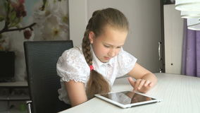 Primair schoolmeisje die een digitale tabletcomputer met behulp van stock video