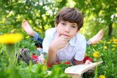 Primavera al aire libre del libro de lectura del muchacho del preadolescente Foto de archivo libre de regalías