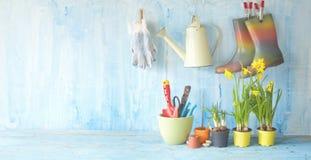 Primavera che fa il giardinaggio, fiori, utensili di giardinaggio, Immagini Stock Libere da Diritti
