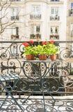 Primavera con i gerani rossi su un balcone a Parigi, Francia Fotografie Stock