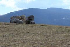 Primavera de la formación de roca de la montaña Foto de archivo