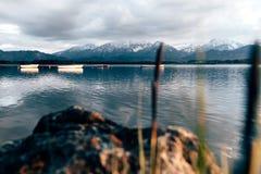 Primavera de las montañas de Baviera del hopfensee de la pesca de la tormenta del lago imagen de archivo libre de regalías
