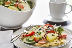 Primavera de las pastas con las verduras del fettuccine y del jardín Imagen de archivo