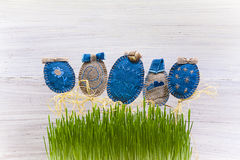 Primavera de madera de la tarjeta del fondo hecho a mano del huevo de Pascua Fotografía de archivo libre de regalías