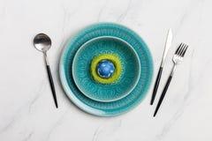Primavera del ajuste de la tabla de la elegancia con la jerarquía verde en el mármol ligero Cena romántica de Pascua Visión super fotos de archivo libres de regalías