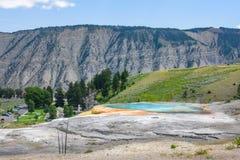 Primavera del montón al lado de Liberty Cap en el área de Mammoth Hot Springs, parque de Yellowstone Opinión de la ciudad Fotos de archivo libres de regalías