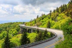 Primavera di NC della strada panoramica di Linn Cove Viaduct Blue Ridge immagine stock
