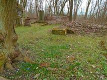 Primavera en cementerio judío abandonado y registrado Imágenes de archivo libres de regalías