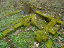 Primavera en cementerio judío abandonado y registrado Fotos de archivo