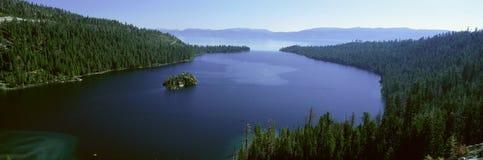Primavera en Emerald Bay, el lago Tahoe, CA imagenes de archivo