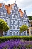 Primavera en Landshut, casa típica y macizo de flores del sabio Imagenes de archivo