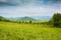 Primavera en montañas Montañas y nubes azules Fotos de archivo libres de regalías