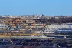 Primavera enorme del ruso de Gubkin de mina de mineral de hierro de la mina Foto de archivo