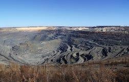 Primavera enorme del ruso de Gubkin de mina de mineral de hierro de la mina Fotografía de archivo libre de regalías