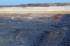 Primavera enorme del ruso de Gubkin de mina de mineral de hierro de la mina Fotos de archivo libres de regalías